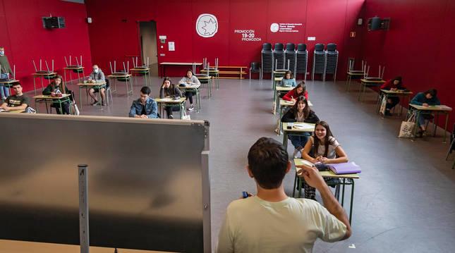 foto de El IES Tierra Estella, ayer en una de las clases para los alumnos de 2º de Bachillerato que se preparan estos días para la selectividad.