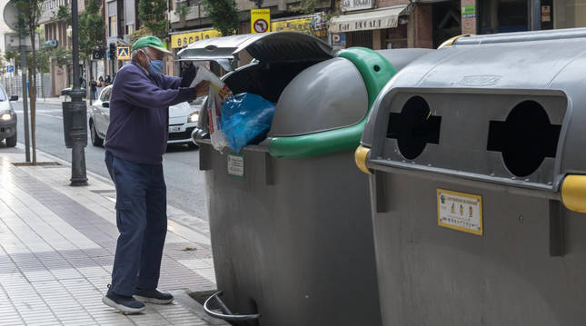 Foto de un vecino de Tudela tirando la basura en uno de los contenedores ubicados en la avenida de Zaragoza de la capital ribera.