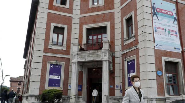 Una mujer con mascarilla sale del Hospital de Basurto, en Bilbao.