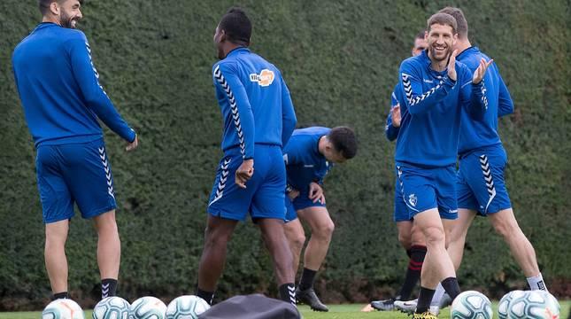 Los jugadores de Osasuna sonríen durante el entrenamiento de este viernes.