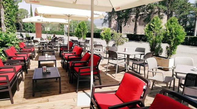 El hotel Xabier de momento ha abierto el restaurante y la terraza con vistas al castillo.