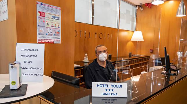 Mamparas y dispensadores de gel en la recepción del hotel Yoldi.