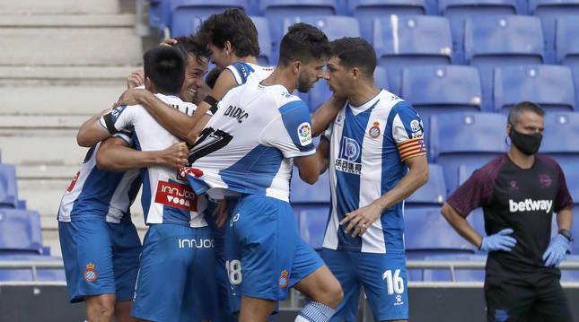 Bernardo Espinosa celebra junto a sus compañeros el primer gol de su equipo ante el Alavés.