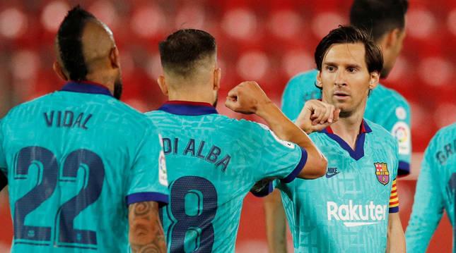 foto de Lionel Messi y Jordi Alba celebran chocando el codo el segundo gol del Barcelona ante el Mallorca