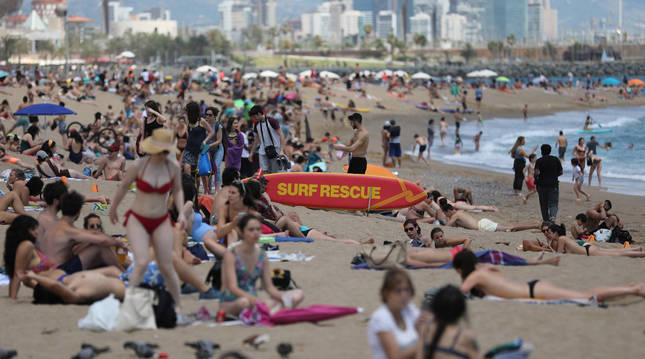 foto de Saturación de bañistas en el primer fin de semana que está permitido el baño en las playas de Barcelona