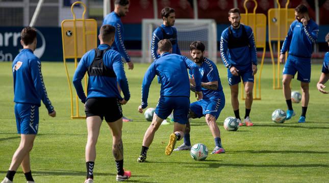 Darko Brasanac encara a Rubén García en el entrenamiento de ayer en Tajonar.