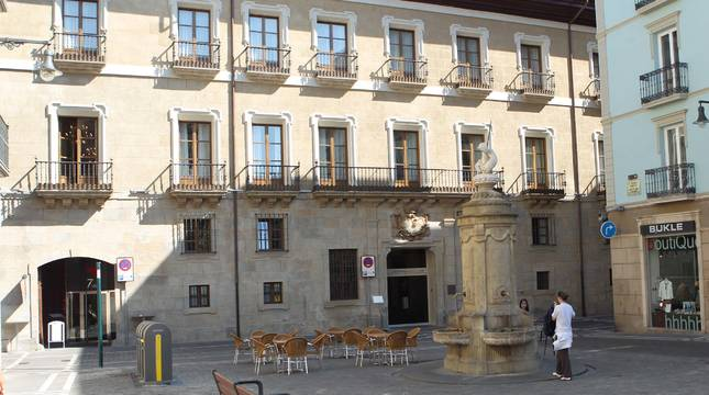 Fachada del Hotel Palacio de Guenduláin, en la calle Zapatería de Pamplona, frente a la Plaza del Consejo.