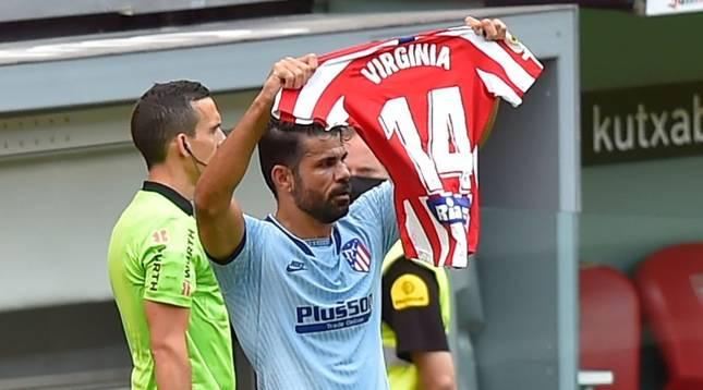Diego Costa muestra la camiseta de apoyo a Virginia Tordecilla en la celebración de su gol ante el Athletic Club.