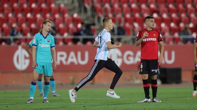 Un espontáneo irrumpe en el césped durante el encuentro que enfrentó a Mallorca y Barcelona en Son Moix.