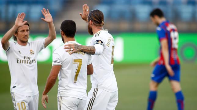 Sergio Ramos, Eden Hazard y Luka Modric celebran el segundo gol del Madrid ante el Eibar.