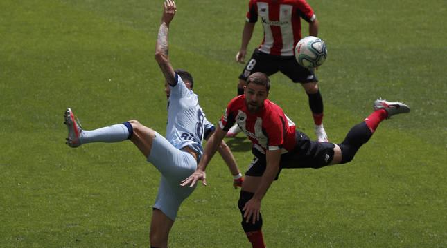 Saúl y Yeray en un lance del partido que enfrentó a Athletic Club y Atlético de Madrid en San Mamés.