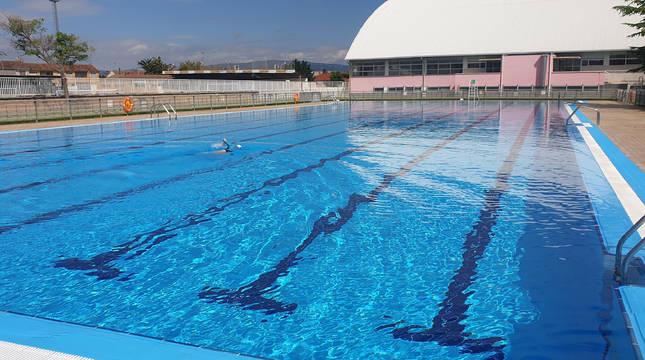 Un bañista disfruta de las piscinas municipales de Cintruénigo en su primer día de apertura.