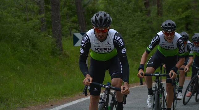 LARRAU. La niebla acompañó a los ciclistas en la ascensión al col de Larrau por la cara española, ya que no se podía pasar la muga.
