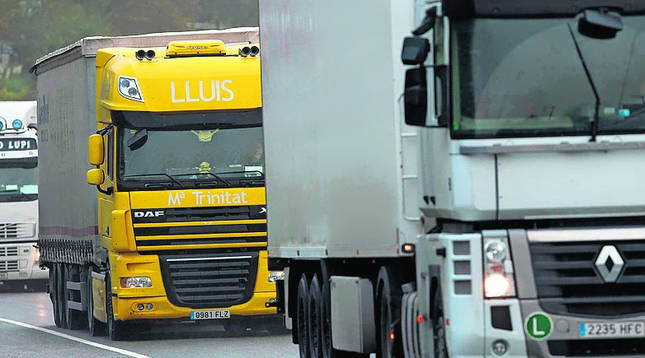 Vista de camiones circulando en caravana en Sorauren.