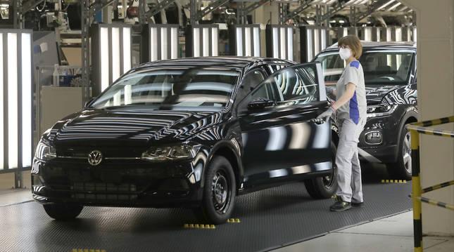 Primer día de trabajo en la cadena de Volkswagen tras el parón provocado por la pandemia.