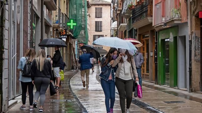 La calle Mayor de Estella, una de las principales zonas comerciales este martes en una lluviosa tarde.