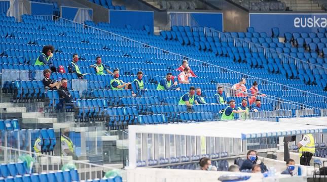 Los suplentes de Osasuna, en la grada del Reale Arena. En el banquillo solo estuvo Arrasate, Alkiza y el persoanl médico.