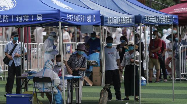 Pekín amplía las restricciones por el nuevo brote de coronavirus