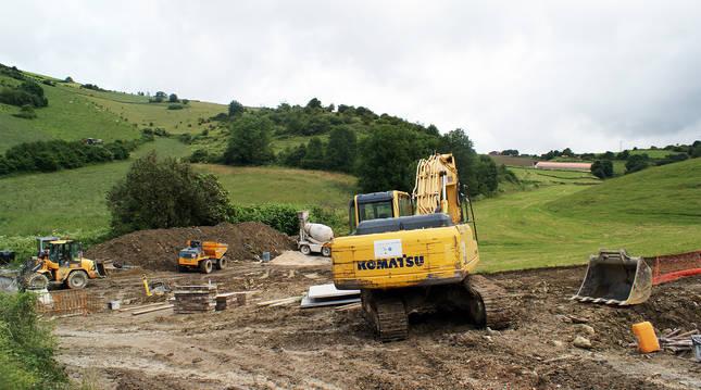 Obras del inicio de la construcción de la nueva depuradora de Villanueva de Aezkoa.