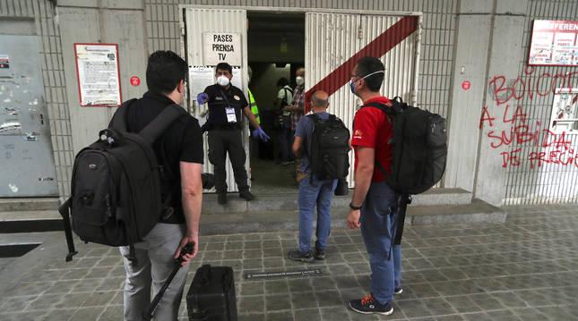 Periodistas entrando al estadio de Vallecas en el primer partido después del parón.