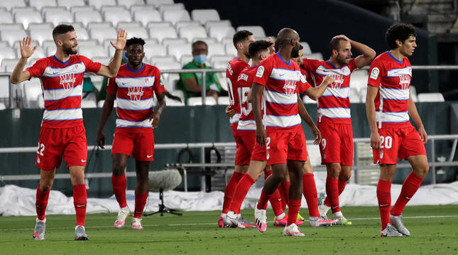 Los jugadores del Granada celebran el tanto del empate de Roberto Soldado en el descuento del choque contra el Betis en el Villamarín.