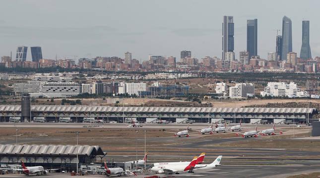 Un avión de Iberia en la Terminal 1 del aeropuerto de Adolfo Suárez Madrid-Barajas. La capital será una de las comunidades más afectadas, según Funcas.
