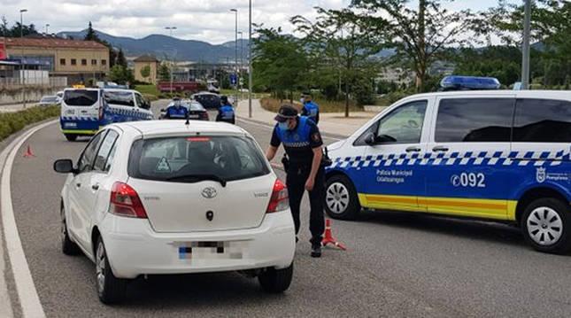 Control de la Policía Municipal en la calle Monjardín de la capital navarra.