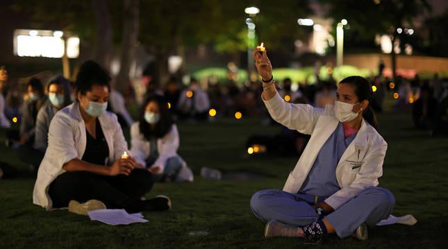 Sanitarios durante una vigilia contra el racismo en California.
