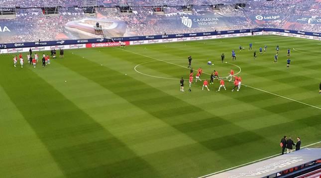 Los jugadores entrenan minutos antes del comienzo del partido.
