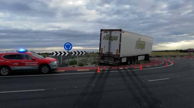 Imagen del camión subido en la rotonda de la N-113, en Cintruénigo.