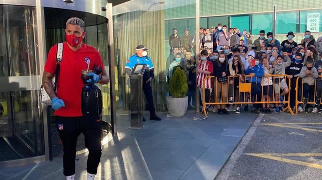 Giménez, a la salida del hotel en Zizur, con presencia de seguidores.