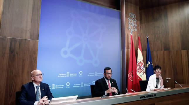 El vicepresidente y portavoz del Gobierno de Navarra, Javier Remírez (c), la consejera de Economía y Hacienda, Elma Sáiz (d), y el consejero de Cohesión Territorial Bernardo Ciriza (i), durante la rueda de prensa posterior a la sesión del Ejecutivo foral.