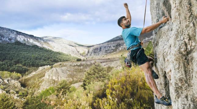 Un joven hace escalada en la roca de una montaña