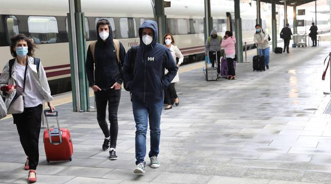 Varios viajeros se bajan del tren diario que llega de Madrid a Pamplona y cuyo trayecto deben justificar.