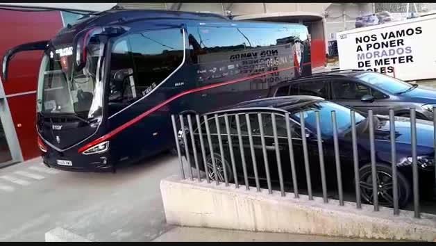 Osasuna-Atlético: el autobús rojillo, recibido por la afición en El Sadar