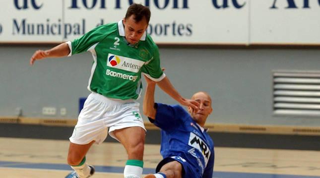 Foto del ala del Antena 3 Boomerang, Marquinhos, se zafa de la defensa del ala Passarinho, del MRA, en el tercer partido del 'playoff' en el 2002.