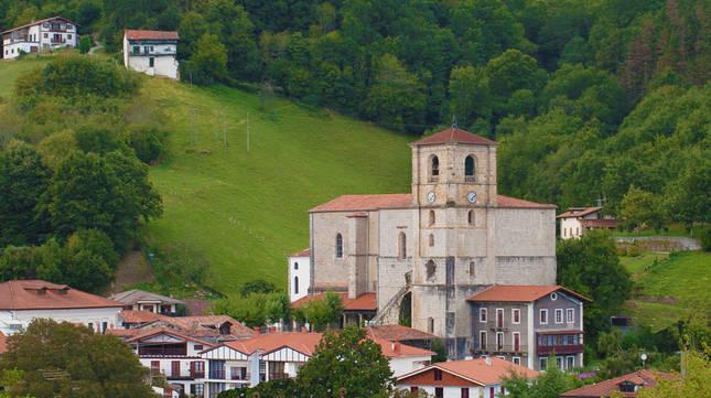 Vista parcial del núcleo urbano de Bera, con su parroquia en el centro de la imagen.