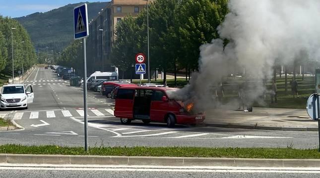 Un coche arde en el barrio pamplonés de Buztintxuri