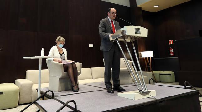 El consejero Manu Ayerdi y la directora general de Turismo, Maitena Ezkutari, durante la presentación de la campaña 'Efecto Navarra'.