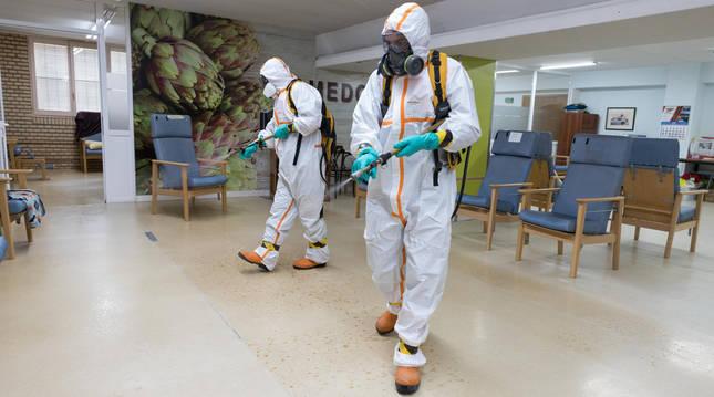 Foto de dos personas desinfectando una residencia en Navarra.