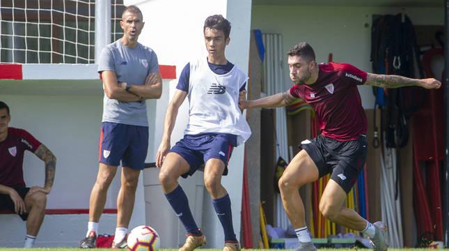 Asier Córdoba, con el balón, en un entrenamiento con el primer equipo.