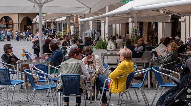 Imagen que presentaban este viernes las terrazas en la Plaza de los Fueros de Estella.