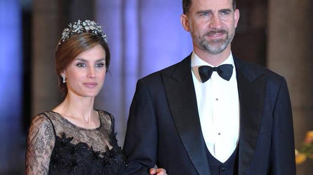 La reina Letiza, con un vestido de Felipe Varela, en 2013, junto a don Felipe.