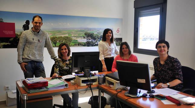 Foto de Alejandro Antoñanzas, presidente del Consorcio de la Zona Media; y las técnicas Olga García, Ana Elcano, María Mallén y Esther Capellán en una imagen de archivo.