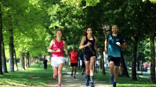 Andrea Soria, Sandra Santesteban y Cristóbal Galera, corriendo este pasado sábado en el circuito Patxi Morentin de Pamplona.