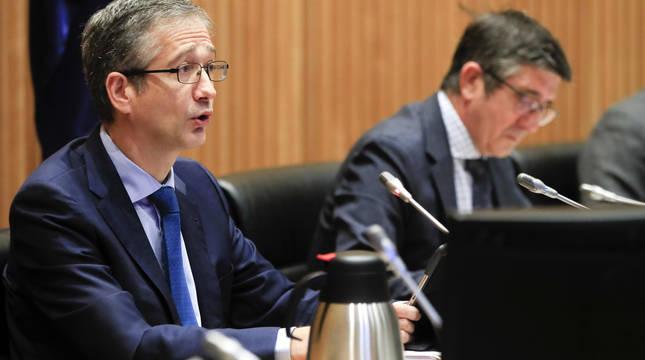 El gobernador del Banco de España, Pablo Hernández de Cos (i), comparece este martes en la Comisión de Reconstrucción Social y Económica del Congreso de los Diputados.