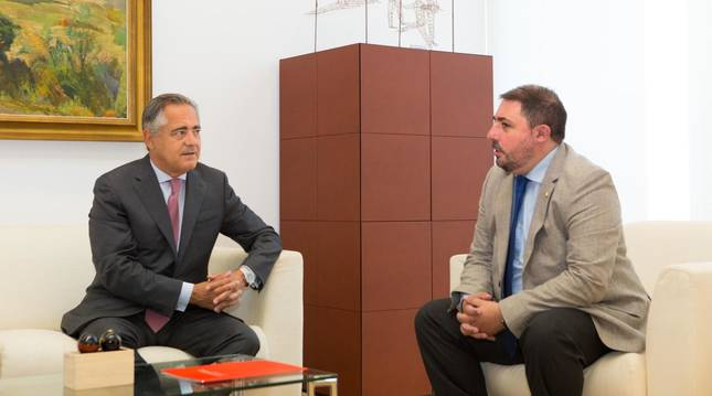Foto de Juan Miguel Sucunza (CEN) y Unai Hualde (presidente del Parlamento de Navarra).