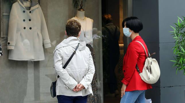 Foto de dos mujeres mirando un escaparate en un comercio de Pamplona.