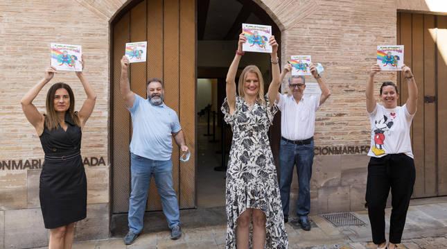 De izquierda a derecha, Ana Beamonte, Ricardo Ruiz, Ainhoa Lizuáin, Pepe Alfaro e Irune García con el libro en las manos.