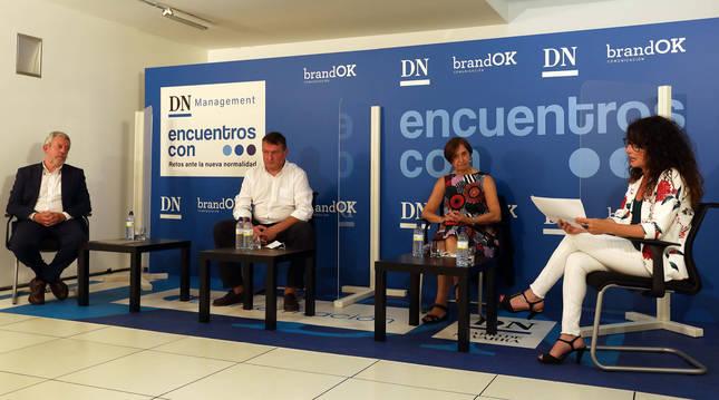 Los ponentes Juan las Navas, Josetxo Iriguibel y Maite Apezteguía separados por mamparas junto a Belén Galindo, responsable de comunicaciónde La Información.